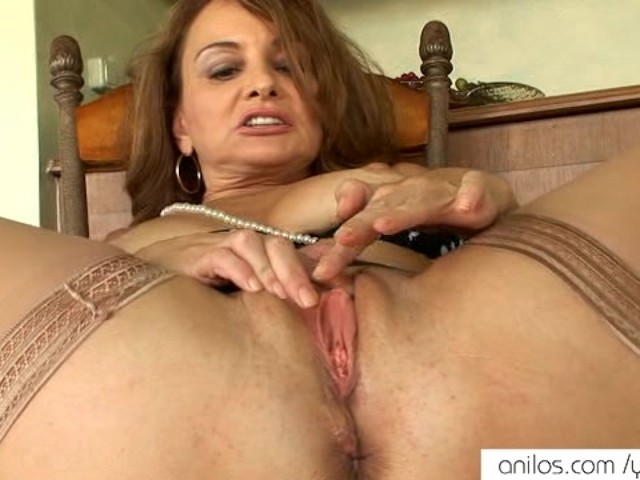 Hot mom showing cunt
